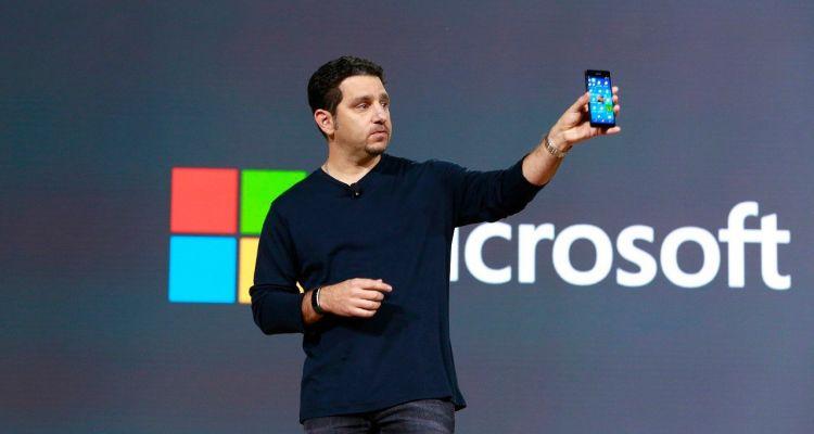 """Un responsable de Microsoft parle """"de son bébé"""" : un appareil Surface de poche"""