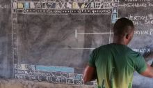 Un enseignant du Ghana apprend Word à ses élèves avec un tableau noir