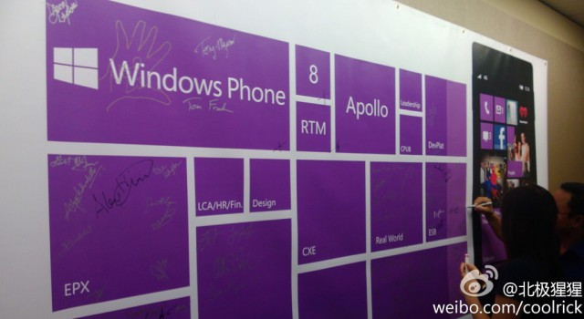 Un employé de chez Microsoft a publié une photo où l'on voit les employés, de chaque département, signer Windows Phone 8.
